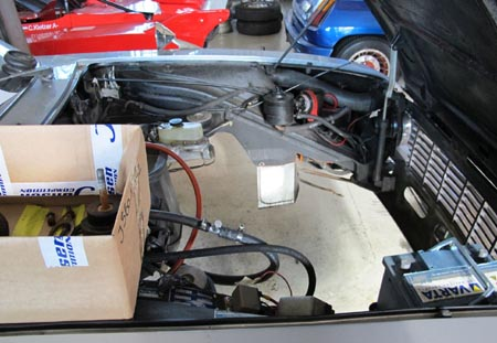 Lancia 2000 Coupé: Leerer Motorraum