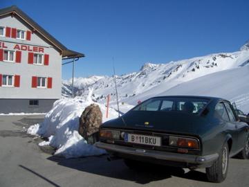 Classic Skiing: Lancia vor Hotel