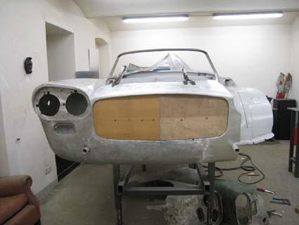 Lancia Flaminia Restaurierung: Holzschablone: Der Tischler war schnell zur Stelle und ...