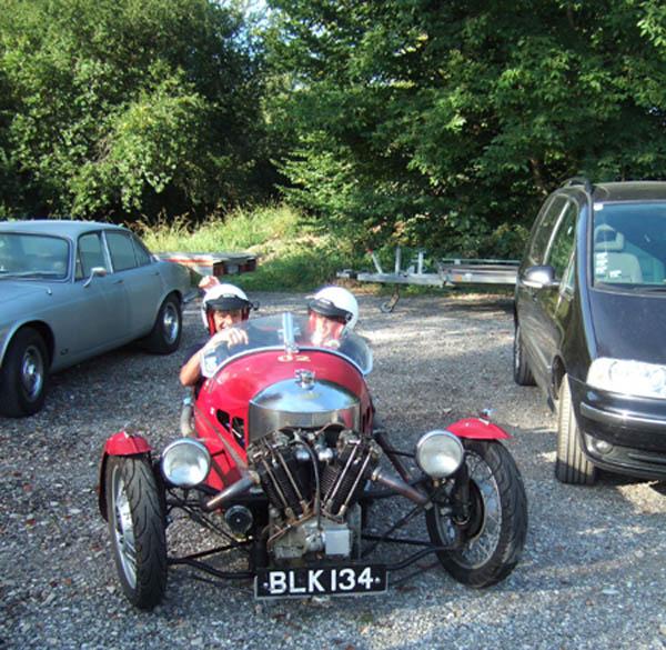 Voralpen Classic 2011: Großes Bild vom kleinsten Mobil - Morgan Threewheeler - der Aston blieb zu Hause.
