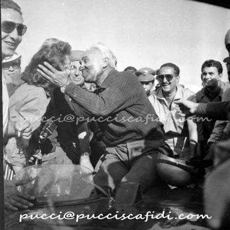 Italienische Straßenrennen: Isabella Taruffi beglückwünscht ihren Piero bei der Zielankunft 1954