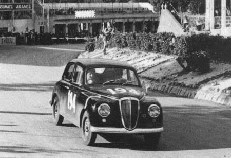 Italienische Straßenrennen: 1957 - Piero Taruffi mit Frau Isabella Zweite hinter einer Alfa Romeo Giulia