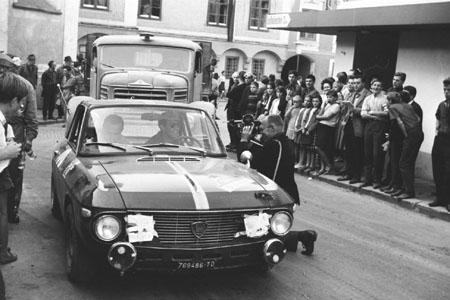 """3-Städte-Rallye 1967: L. Cella/L. Lombardini - """"Zwangsrast"""" in Weyer/OÖ"""