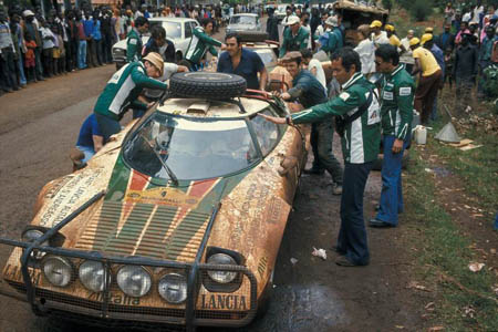 Rallye in Ostafrika: 1977 - Lampinen/Andreasson - Service mit C. Fiorio und M. Mannucci