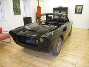 Lancia Flaminia Restaurierung: Lackierte Karosserie vorne