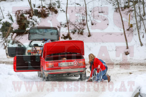 Winterrallye Steiermark 2015: Schneekettenanlegen ist sichtlich Frauensache!