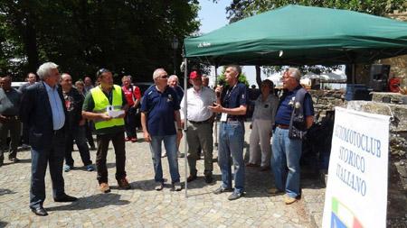 19. Vernasca Silver Flag: Sandro Munari - im Kreise der beeindruckten Funktionäre und Zuschauer