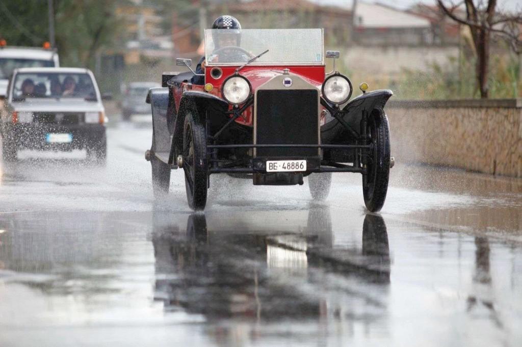 Die 1922 präsentierte Lambda von Lancia war ihrer Zeit weit voraus. Sie verfügte als erstes in Serie gefertigtes Automobil über eine selbsttragende Carrosserie sowie über Einzelradaufhängung an der Vorderachse.