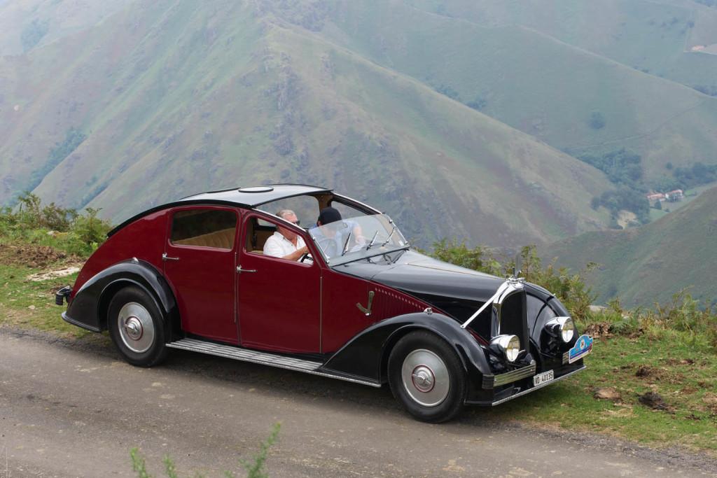 """""""Voisin C25 Aérodyne"""" aus der Sammlung Hervé; am Steuer René Rey, der Kurator der Sammlung. Foto von Jörg Sierks; aufgenommen bei der diesjährigen """"Rallye de Marques 2016"""" in Frankreich."""